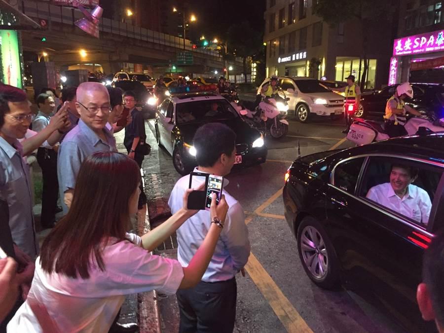 前總統馬英九今晚與特勤人員同吃熱炒。(郭建伸攝)