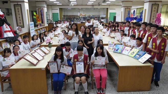 彰化達德商工學生愛閱讀,參加全國讀書心得及小論文寫作比賽,成績亮眼。(鐘武達攝)