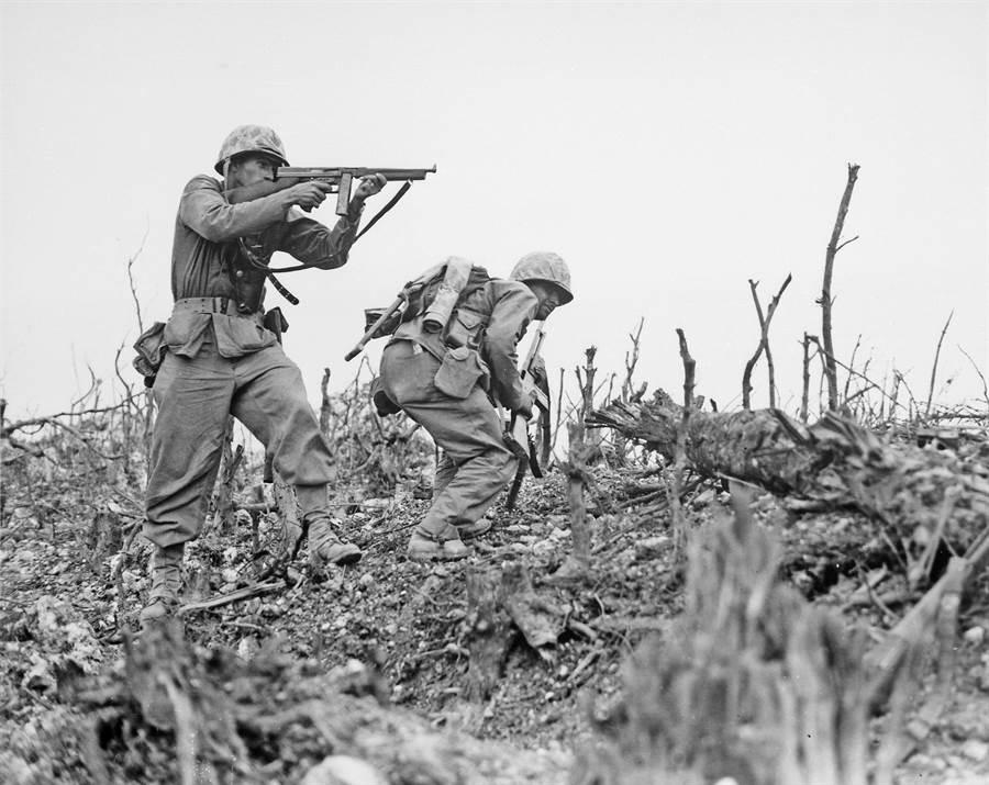 1945年5月18日,在沖繩戰場上英勇戰鬥的美軍陸戰隊第1師士兵。(美國國家檔案館)