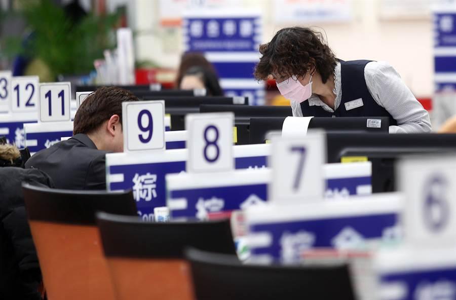 勞動部今公告廢除「台內勞字第398001號函釋」,8月起勞工連上7天班就違法。(中時資料照)