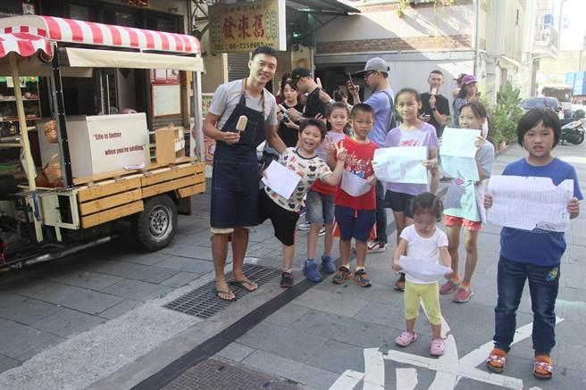 陳冠勳在寺廟旁賣雪糕,決定趁暑假剛開始,在臉書上PO文,只要國小生拿出訂正後的考卷,就可免費換一支雪糕,吸引許多孩子前來。(程炳璋攝)
