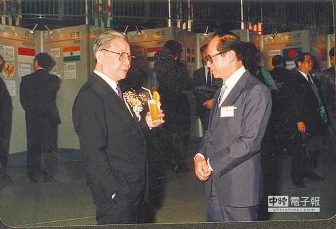 許家屯(左)1980年代派駐香港期間,積極經營商界關係,圖為與香港首富李嘉誠(右)交談。(取自網路)