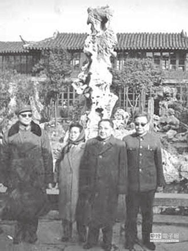 鄧小平(右二)是許家屯(右一)仕途上的貴人。(取自網路)