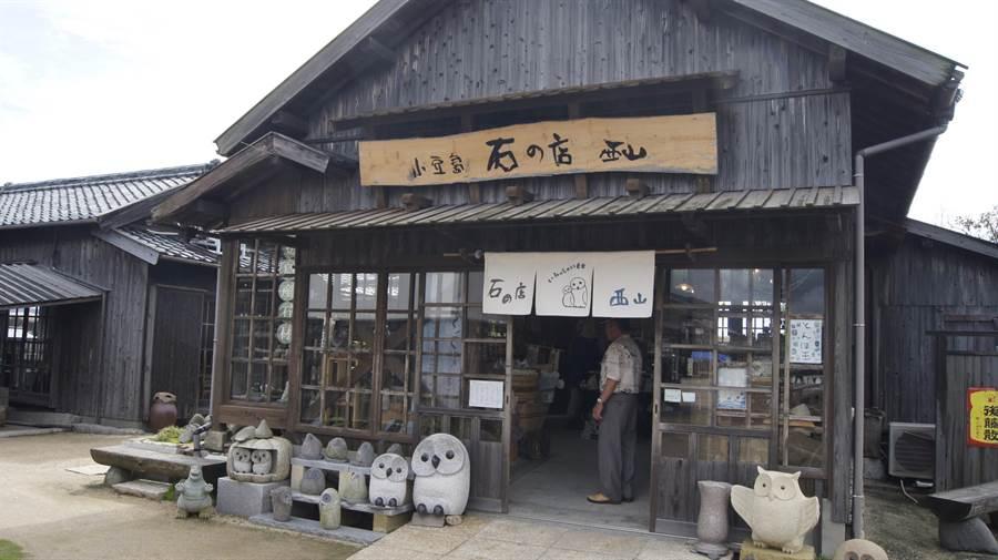 二十四之瞳村保留電影拍攝場景,穿梭其中猶如遊走日本古代小學,且大海就在不遠處,抬頭即可望見。