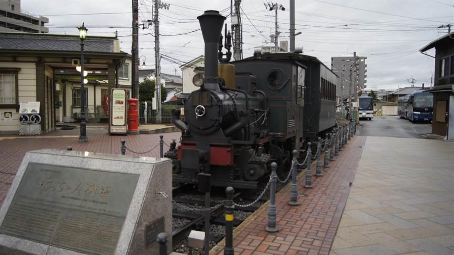 伊予鐵道列車就像火柴盒般的火車,日本小說「少爺」(坊っちゃん)中主角就是以它為交通工具,也因此得名「少爺列車」,吸引鐵道迷朝聖。