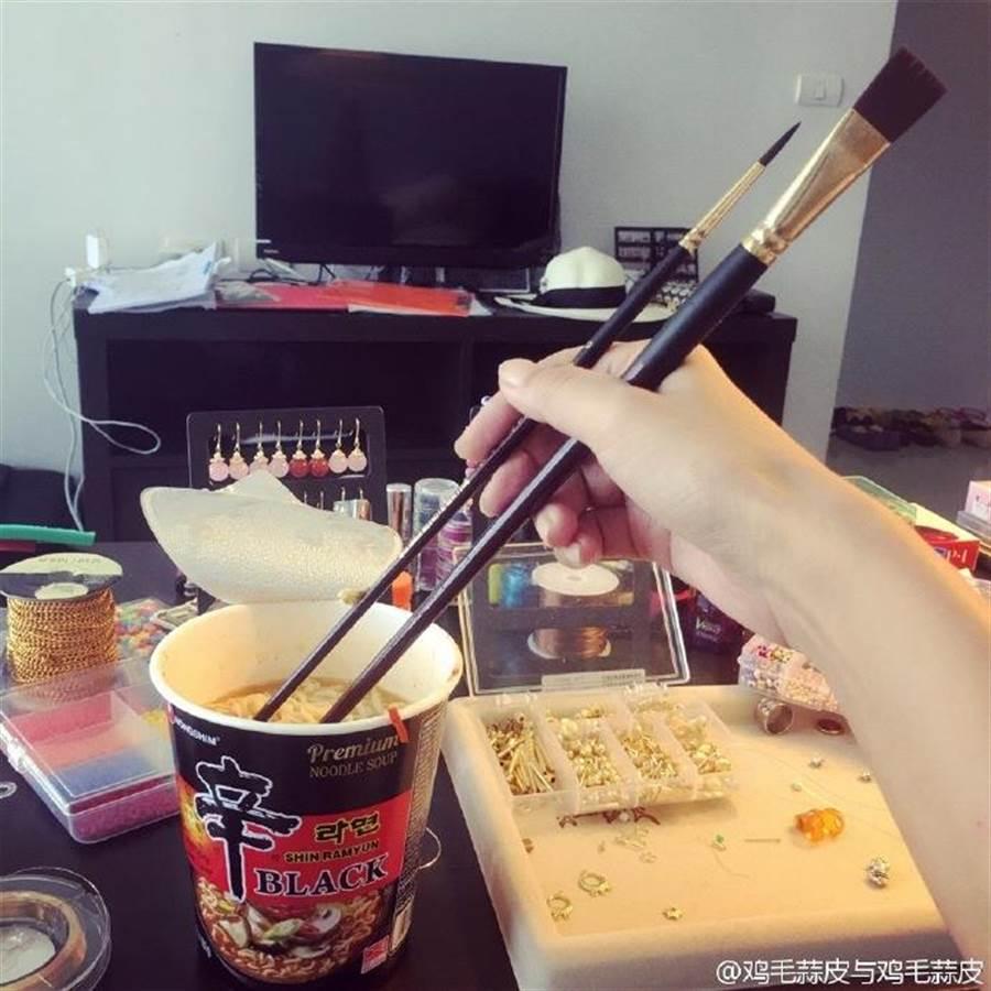 徐靜蕾喜歡自稱「手藝人」,整個房間都沒有筷子時,她卻能找到水彩筆當筷子。(圖/取自徐靜蕾微博)