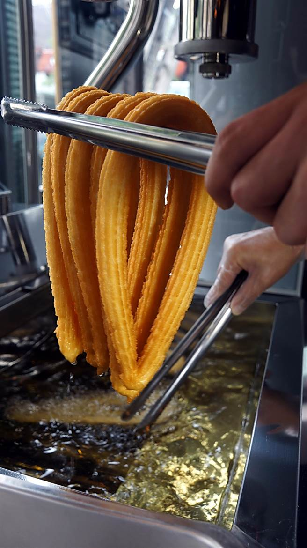 現炸起鍋的吉拿圈,色澤金黃,代表用的油很新鮮。(圖/姚舜攝)