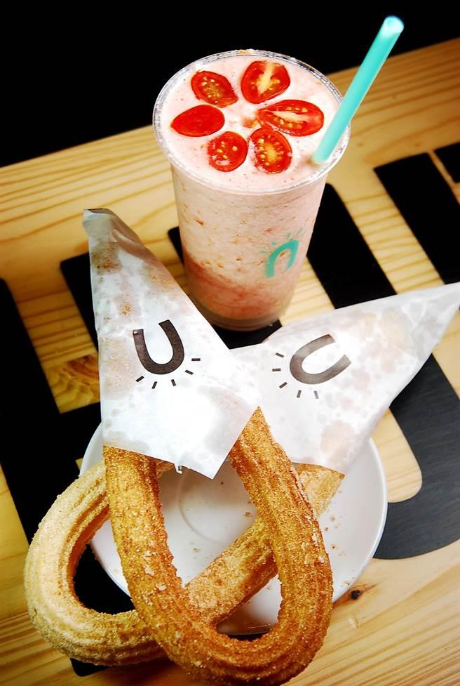 〈Street Churros〉的鮮果冰飲也非常獨特且好喝,圖中與吉拿圈搭配的〈日出番茄冰砂〉,是用現榨番茄汁與養樂多調製。(圖/姚舜攝)