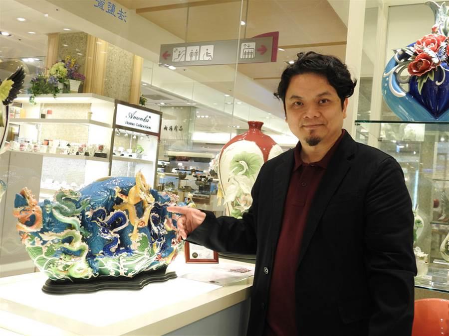 2001年創辦的法藍瓷今年15歲了,設計總監李光裕以北京故宮九龍壁為靈感打造的限量「至尊 九龍瓷瓶」,即日起在台中大遠百專櫃展出。中央社記者廖壬楷攝 105年7月1日