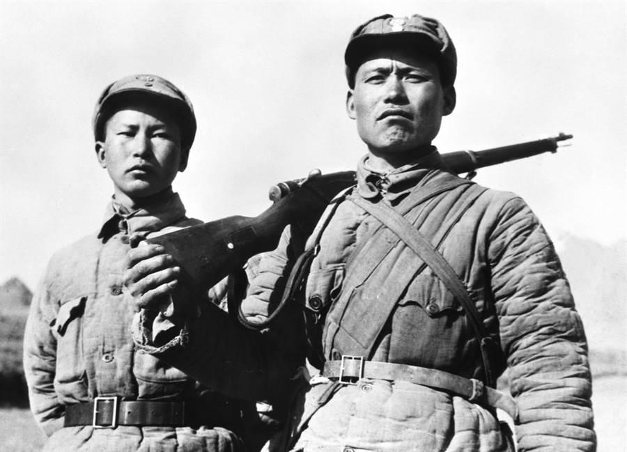 「狼牙山五壯士」生還者葛振林(右)與宋學義,注意他們帽子上的青天白日徽。(新華社)