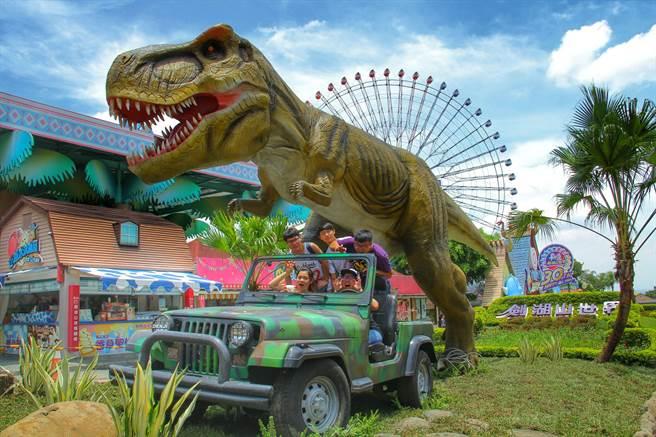大型侏羅紀恐龍矗立劍湖山世界園區內。(許素惠攝)
