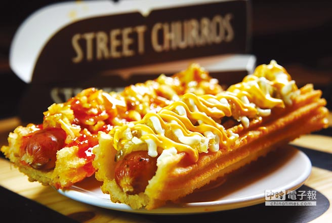 以吉拿取代麵包製作的〈吉拿熱狗〉,有辛辣、甜辣和起司等3種口味選擇,重口味的消費者並可另加炙燒起司。圖/姚舜