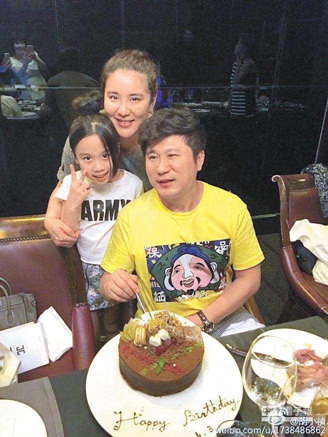 小禎(後)上個月帶著女兒Emma幫胡瓜慶生。(取材自微博)