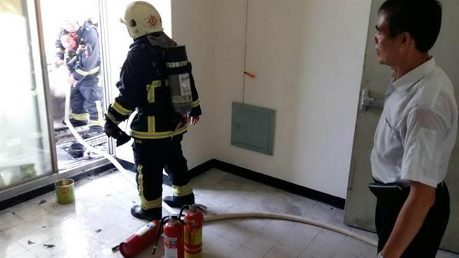 嘉年華大樓6樓安全梯露台冒出無名火,消防人員撲滅。(廖素慧翻攝)
