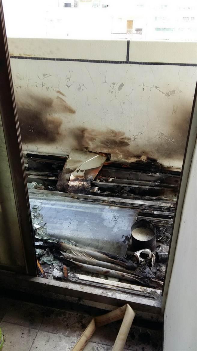 嘉年華大樓6樓安全梯露台堆置雜物,下午冒出無名火。(廖素慧翻攝)