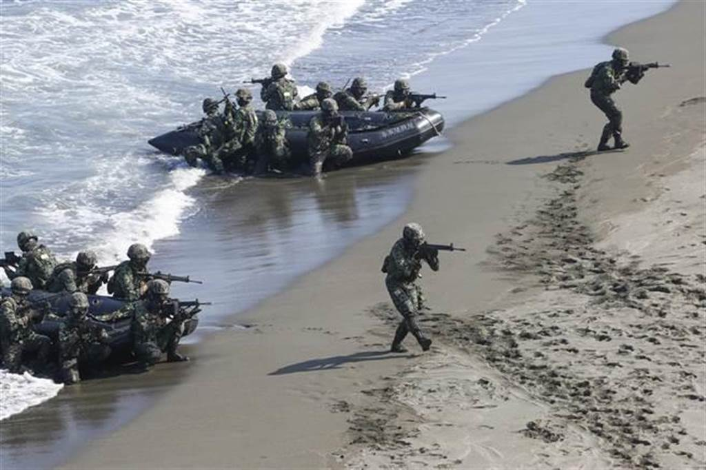 海軍陸戰隊在烈日下進行乘橡皮艇兩棲突擊(示意圖)。(本報系資料照)