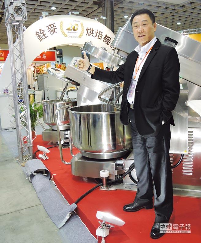銓麥企業總經理羅勝德展示國內首創的「雙扭轉鈎攪拌機」,可維持攪拌麵團品質穩定。圖/業者提供文/陳又嘉