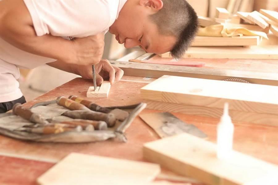 謝錦慶以環保為理念,一刀一鑿刻進創意和美學,也讓自己的創意變生意。(圖/謝錦慶提供)