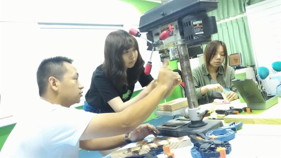 27歲的謝錦慶(左)傳承木作工夫,希望更多人加入木藝創作。(圖/謝錦慶提供)