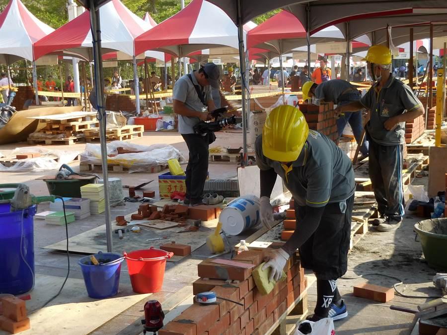 台中市政府舉辦木雕、木工、土木、建築、室內設計等達人和新秀競賽,希望他們效法魯班公精神,將專業技術傳承給更多人。(盧金足攝)