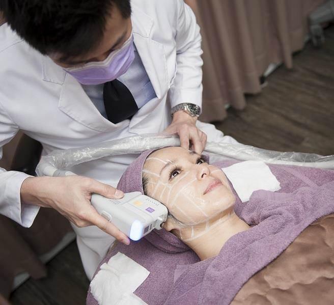張智臺醫師表示,許多愛美女人擔心動刀風險,與術後傷口照護問題,因此選擇非侵入式的電音波拉提來進行治療。(醫師提供)