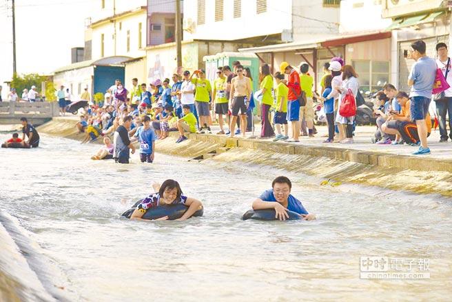 美濃區公所擬將漂浮成為常態活動;圖為去年夏天遊客到美濃玩漂浮。 (林雅惠攝)