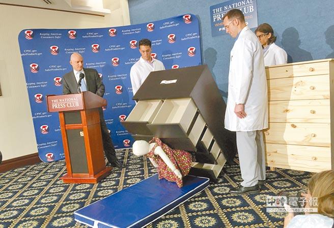 宜家家居(IKEA)Malm系列抽屜櫃在美國、加拿大與英國等地,頻傳壓傷甚至壓死幼童事件。圖為美國聯邦消費者產品安全委員會(CPSC)主席卡耶(左)在華府國家記者俱樂部展示該種櫃子傾倒壓住假人。(法新社)
