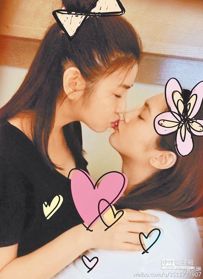 楊丞琳(右)和陳妍希玩親親,兩人交情超好。(取材自微博)