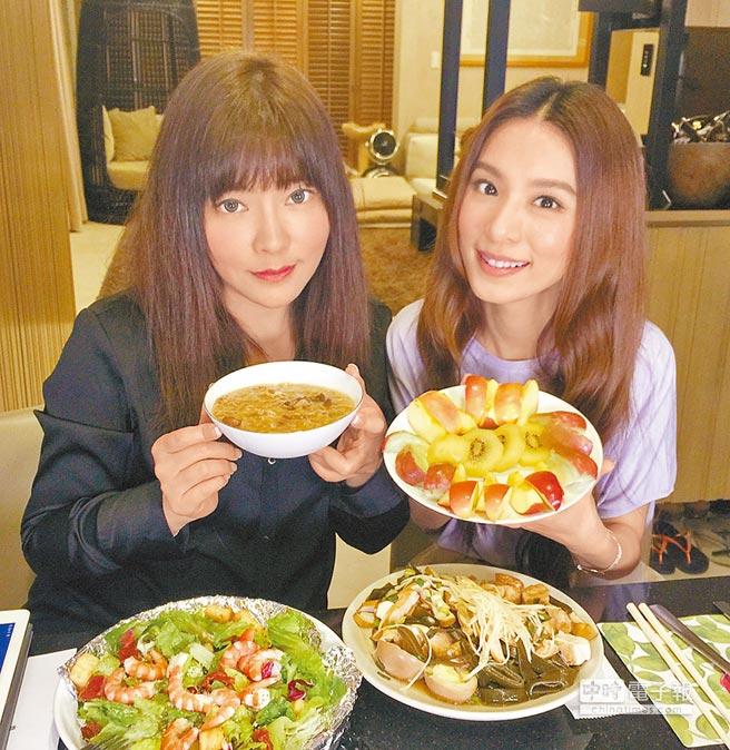唐立淇(左)與田馥甄直播放很開,邊聊星座邊吃小吃。