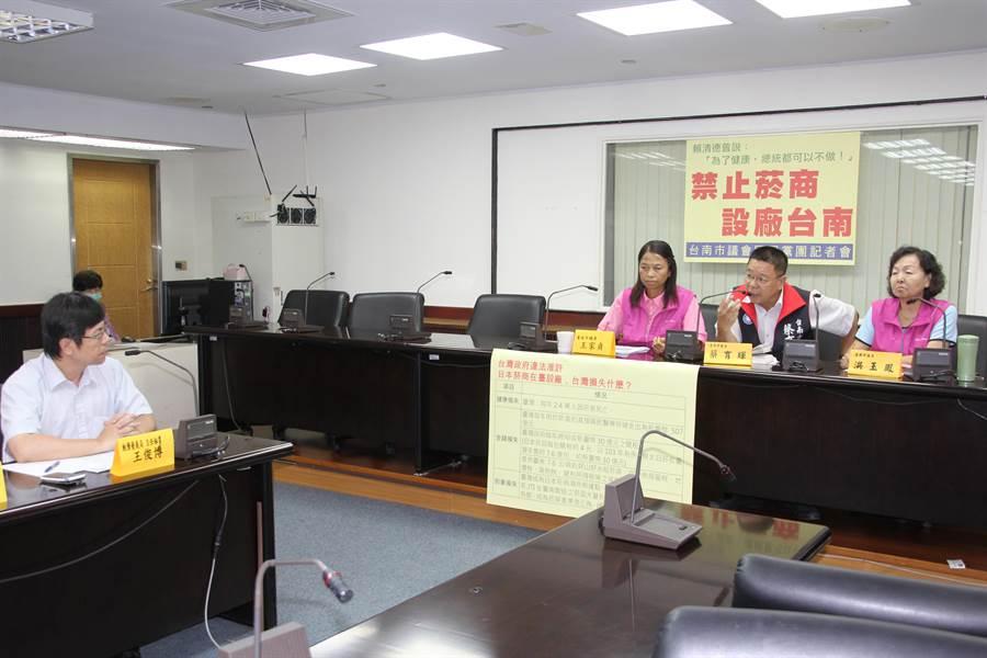市議員王家貞、蔡育輝與洪玉鳳力阻日本在台灣設菸廠,要求經發局發文向中央表達反對立場。(程炳璋攝)