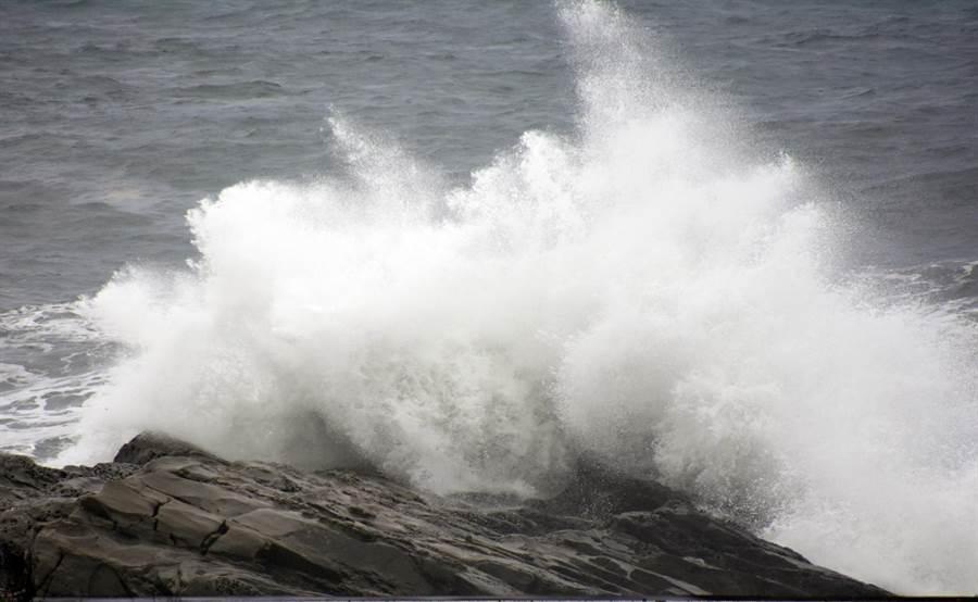 強颱尼伯特來襲,東海岸昨天出現大浪。(莊哲權攝)