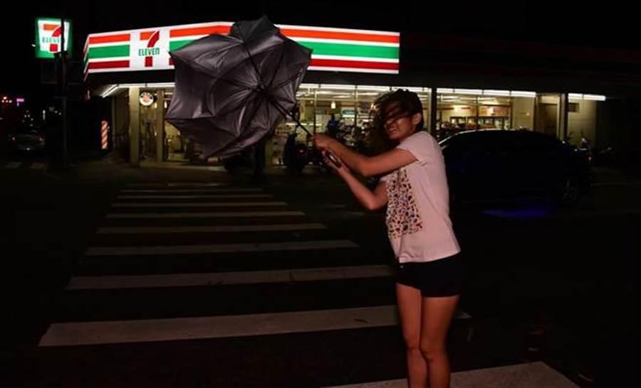 尼伯特颱風發威,行人舉步唯艱。(莊哲權攝)