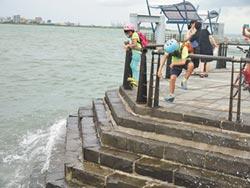 遊客釣客亂入淡水涉險 警管制區開百張勸導單