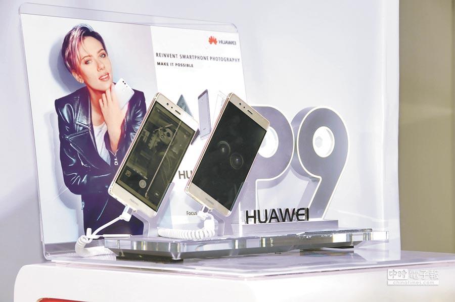 6月24日,「拍照神器」華為最新智能手機p9和p9 lite亮相斯里蘭卡首都科倫坡。(新華社)