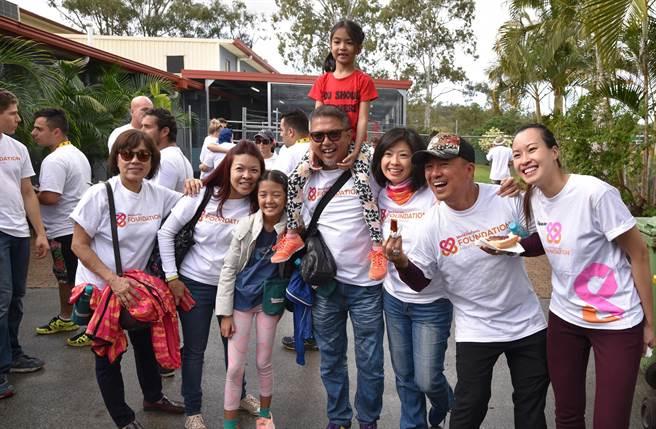 WV的直銷商和家人一起參與志工活動