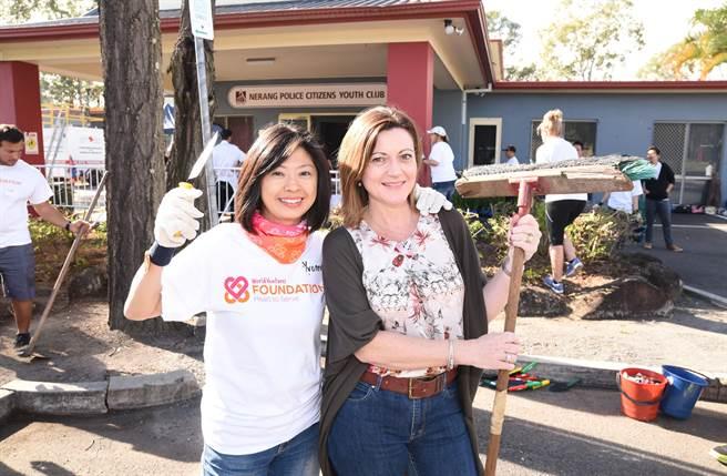 WorldVentures基金會總監Yvonne和PCYC代表 Cate一起美化街道