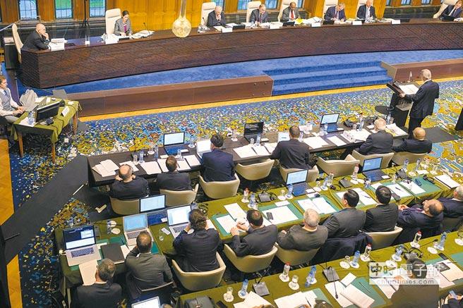 即將揭曉  設於荷蘭海牙的國際仲裁法庭,12日將對菲律賓在2013年提出的南海仲裁訴訟案做出裁決。圖為去年11月24日,「常設仲裁法庭」(PCA)的5位仲裁員(右上),就南海仲裁案召開聽證,審理「菲律賓vs中國」案的事證及法理依據。(美聯社)