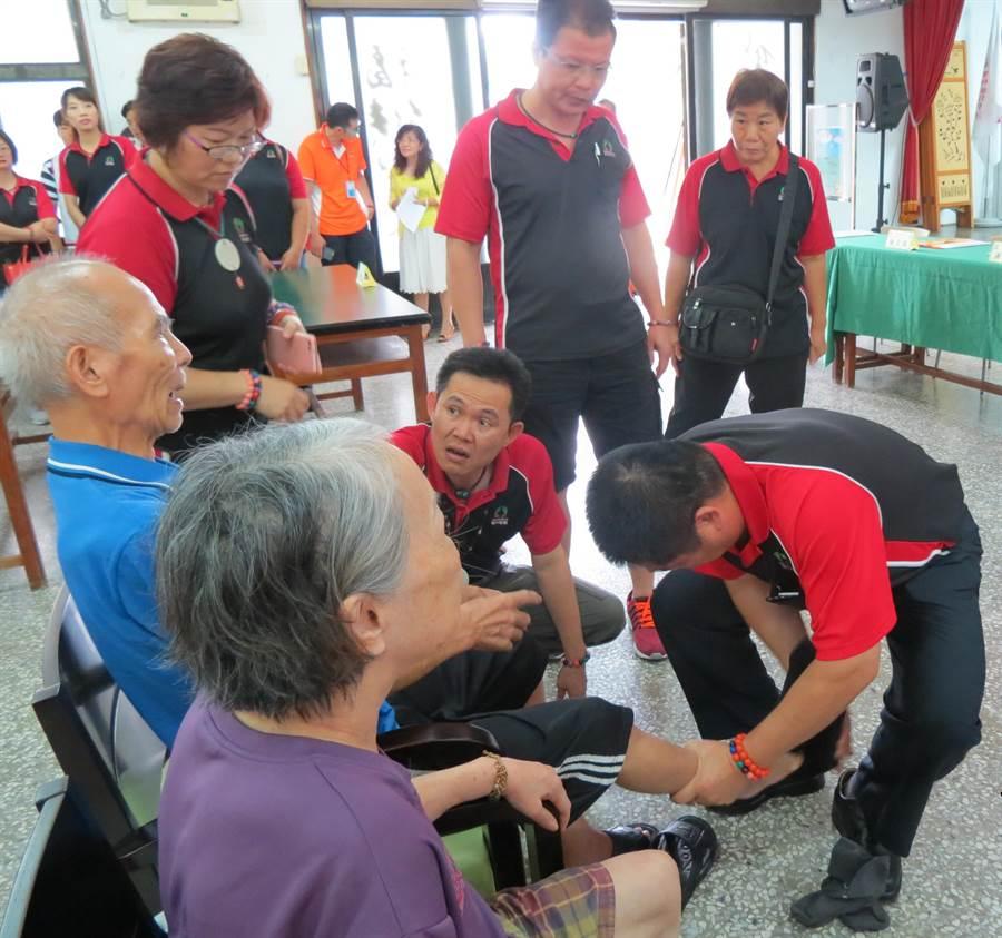 紅崴集團工作人員替爺穿上遠紅外線足弓矯正鞋。(許素惠攝)