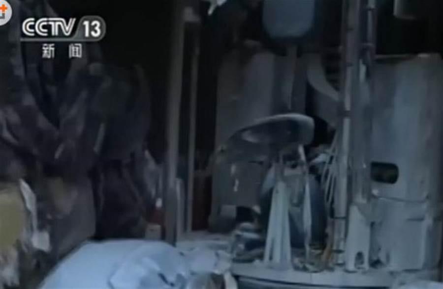 中國維和部隊戰車受創內部。(圖/央視)
