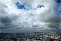 南部6縣市大雨特報 烏雲與藍天共舞罕見景象