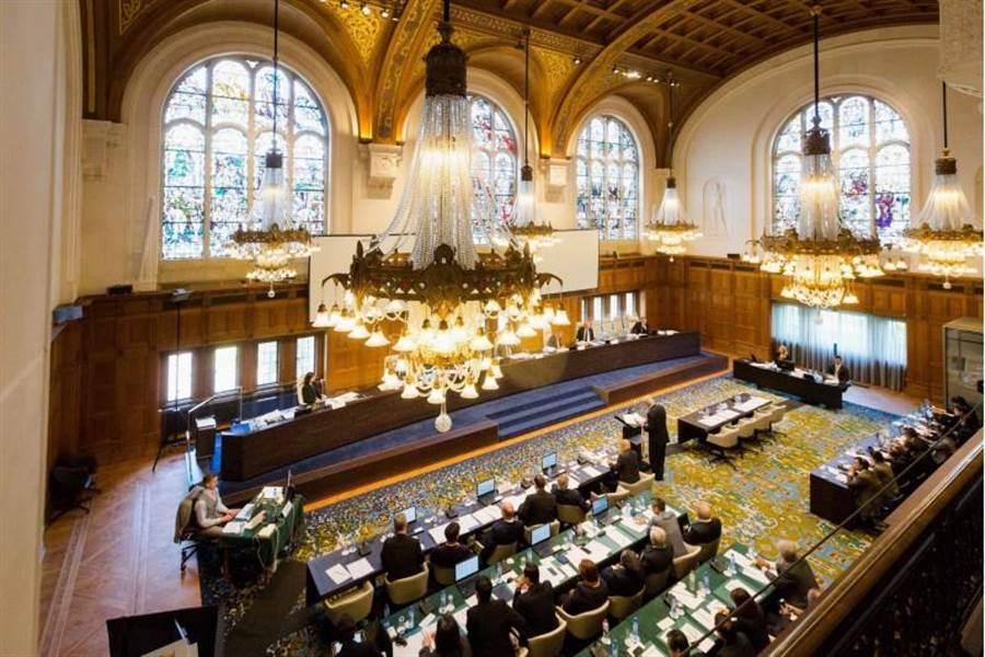 設於海牙的常設仲裁法院於12日下午就菲律賓提出的南海案公布仲裁結果。圖為仲裁庭去年7月間召開聽證會的情形。(中央社)