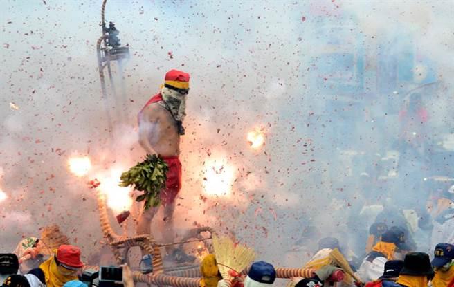每到元宵節都會舉辦的「炮炸寒單爺」傳統活動,也是到台東觀光的代表活動之一。(資料照片,黃力勉攝)