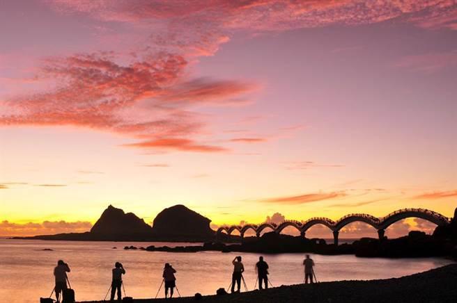 每年都會有許多遊客來到台東三仙台迎接第一道曙光。(觀光局提供)