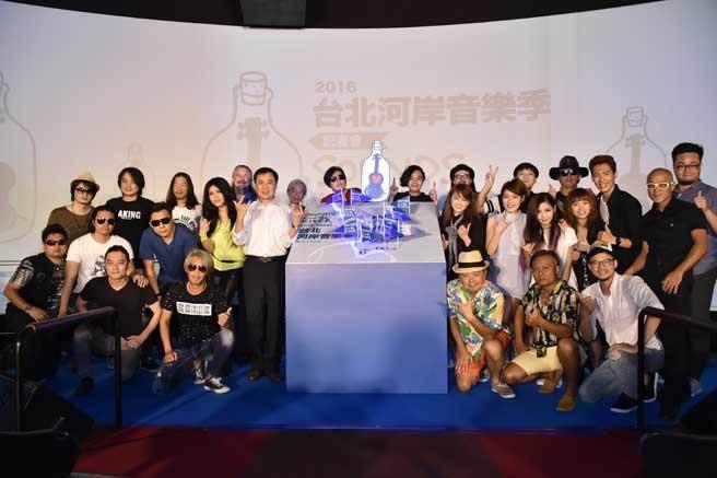 「2016台北河岸音樂季」活動起跑記者會,陳昇、董事長樂團陪你搖滾HIGH一夏。(圖/主辦單位提供)