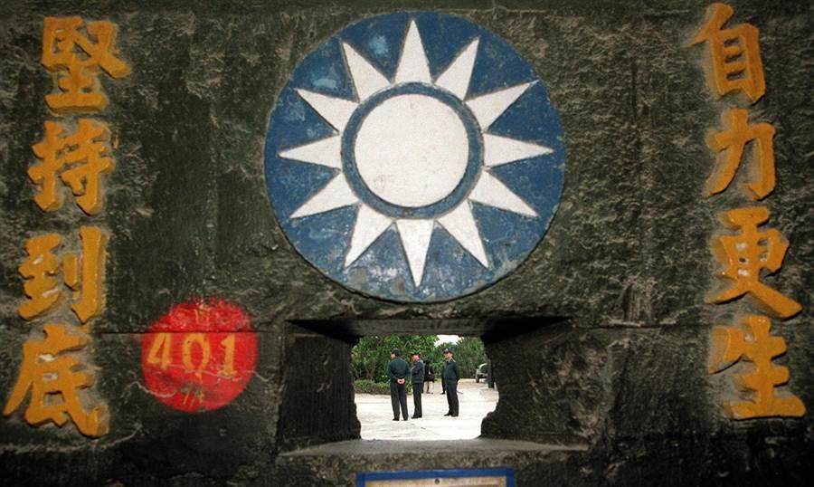 海軍陸戰隊遺留在太平島上的精神標語。(黃子明攝)