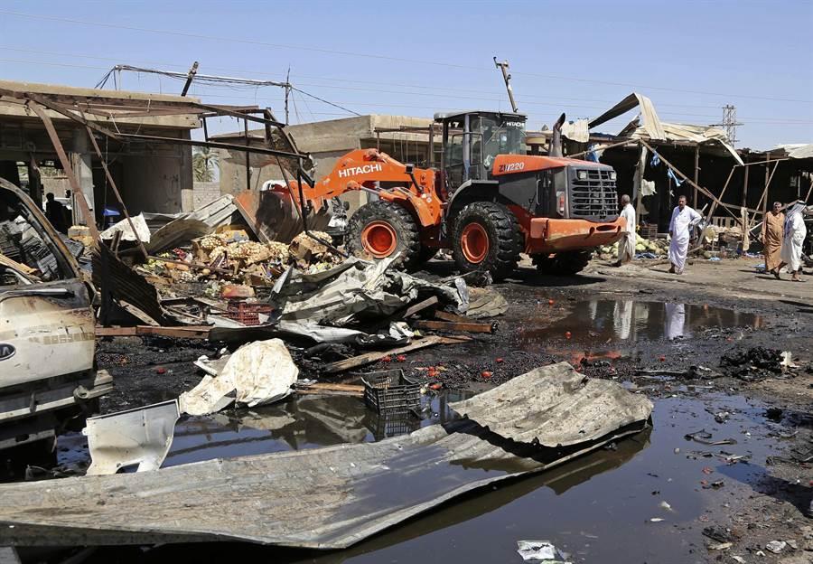 7月12日,遭到汽車炸彈攻擊後的巴格達阿爾拉什迪亞(Al Rashidiya)區。(美聯社)