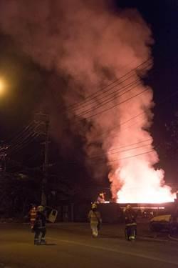 高市水泥廠旁空地起火 烈焰沖天