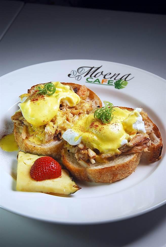 〈蟹肉班尼迪克蛋〉在蛋與蒜味麵包之間,加了滿滿的炒蟹肉加持,所以口感與風味更「華麗」。(圖/姚舜攝)