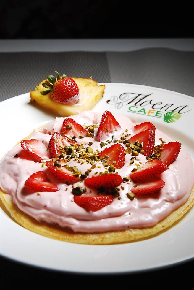〈草莓奶霜鬆餅〉的鬆餅雖厚,但口感鬆軟有彈性,粉紅色奶霜則是用打發鮮奶油和新鮮草莓醬與煉乳一起調製,香甜卻不膩,非常好吃。(圖/姚舜攝)