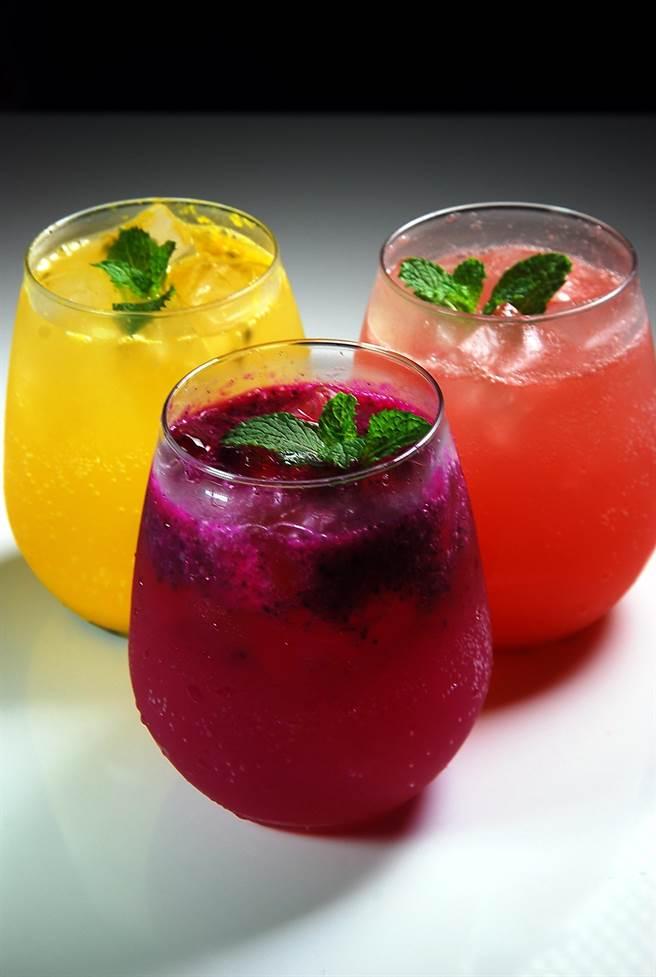 〈Moena Cafe〉的汽泡果汁,都是以新鮮水果汁調配,且顏色繽紛悅目,洋溢著夏威夷式的熱情。(圖/姚舜攝)